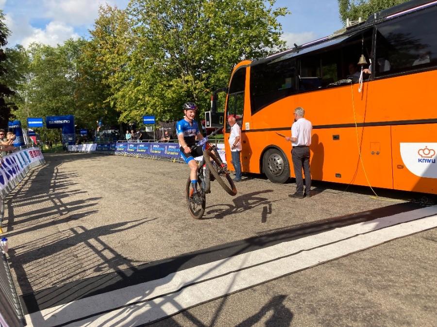Chris van Dijk glansrijk MTB-kampioen