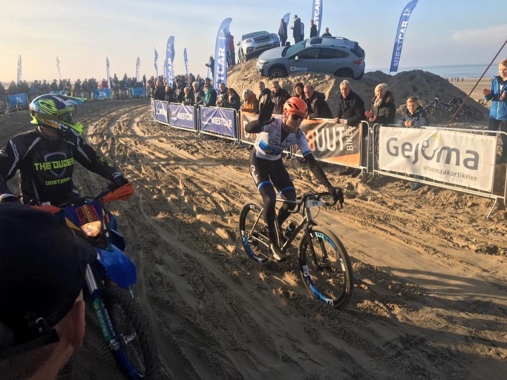 Lars Boom wint strandrace Wijk aan Zee