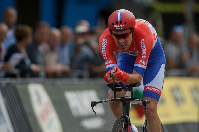 Dumoulin deelt forse tik uit in Giro en pakt roze