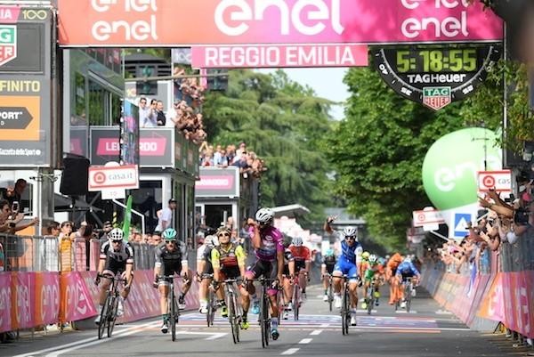 Gaviria wint derde in Giro, Dumoulin blijft in roze