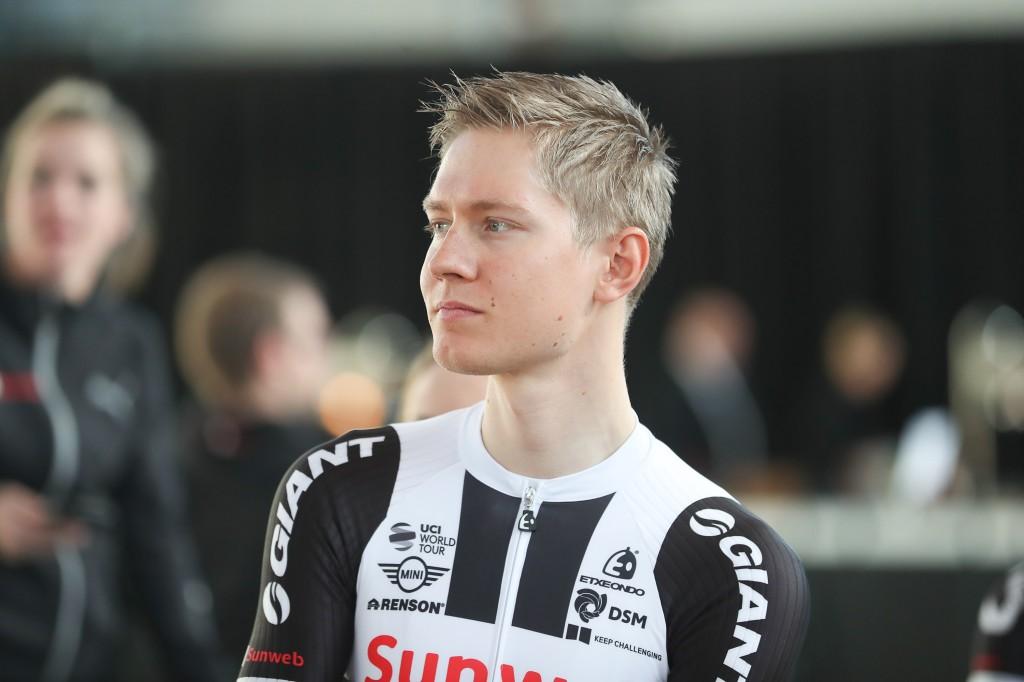 Giro voorbij voor Kelderman na botsing met motor