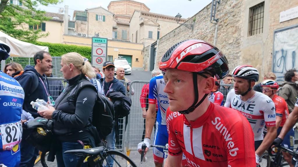 Sam Oomen stapt af in Giro na heupbreuk