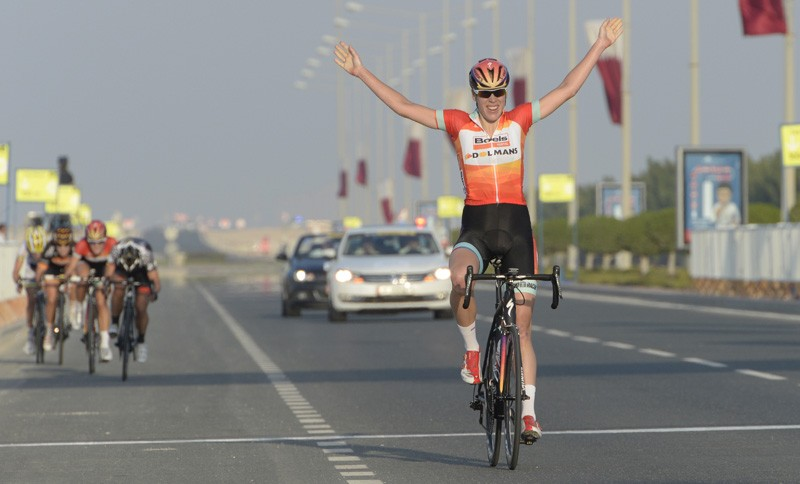 Ladies Tour of Qatar: Ellen van Dijk wint en leidt
