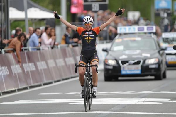Van Dijk wint met lange solo Ronde van Vlaanderen