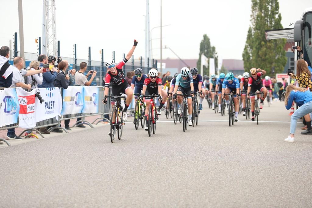 Scarlett Soureh wint GP Van der Breggen