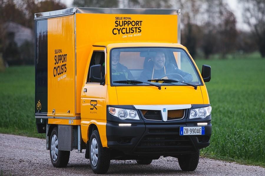 Selle Royal supportbus leeggeroofd op weg naar Rotterdam