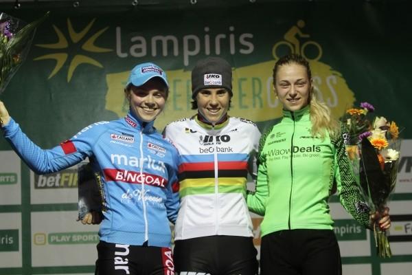 Inge van der Heijden op podium Zilvermeercross