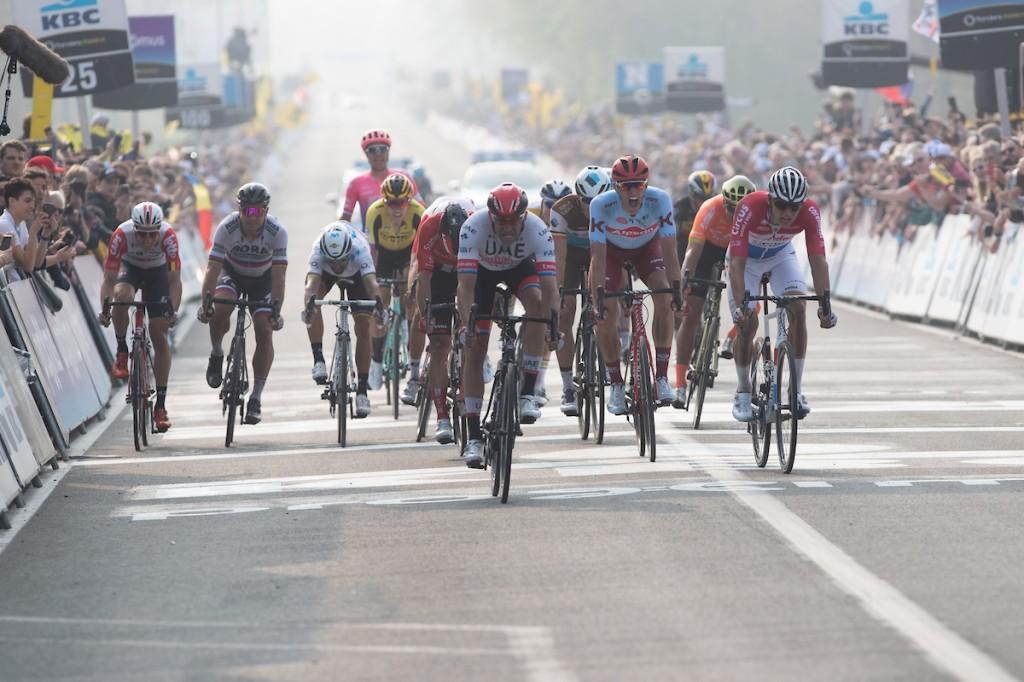 Van der Poel wint en leidt in de Sarthe