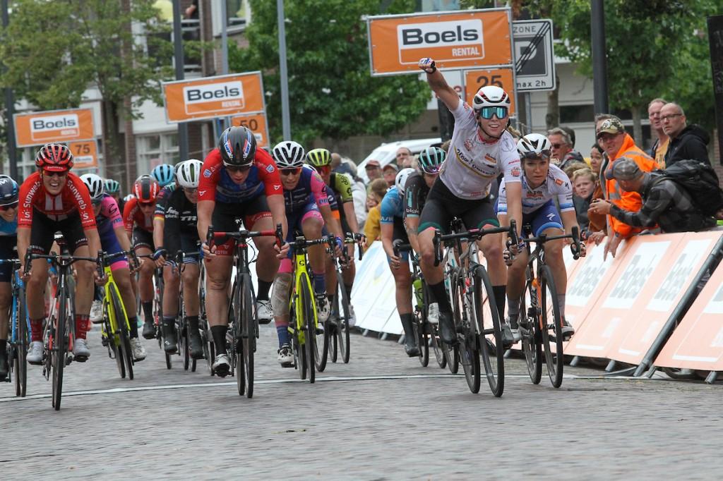 Boels Ladies Tour: Wiebes wint en leidt