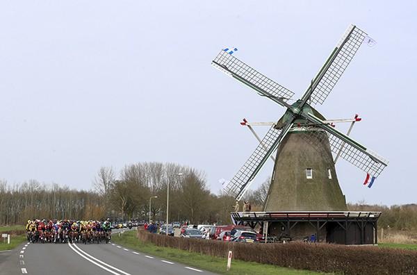 Peloton had geen oog voor de molen in Windesheim