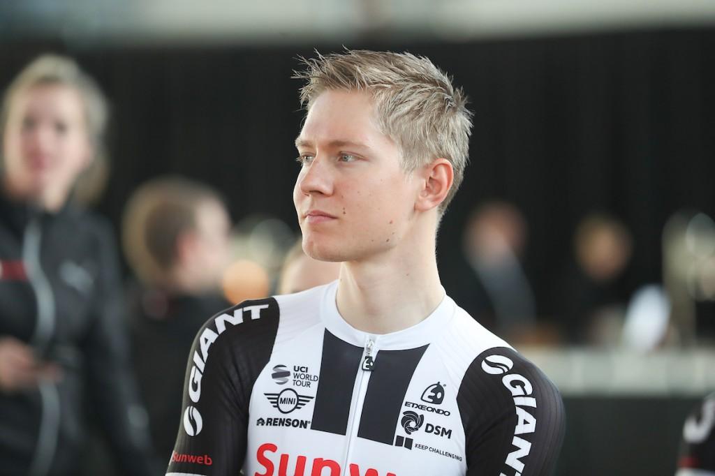 Kelderman verliest tijd maar neemt roze in Giro